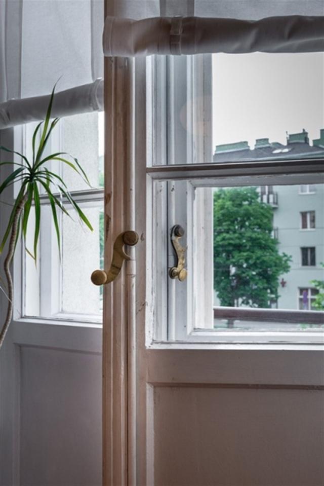 16_okno_styl_skandynawski_biale_wnetrze_scandinavian_style_white_interior_design_shabby_window