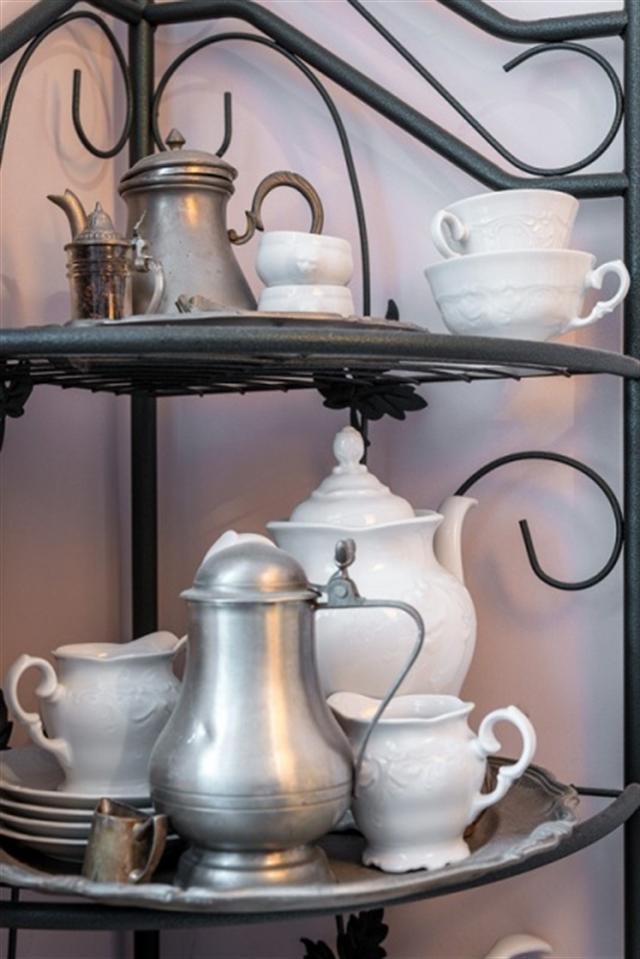18_regal_styl_skandynawski_biale_wnetrze_scandinavian_style_white_interior_design_shabby_shelves_porcelain