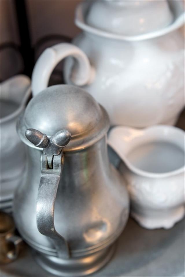19_regal_styl_skandynawski_biale_wnetrze_scandinavian_style_white_interior_design_shabby_shelves_porcelain