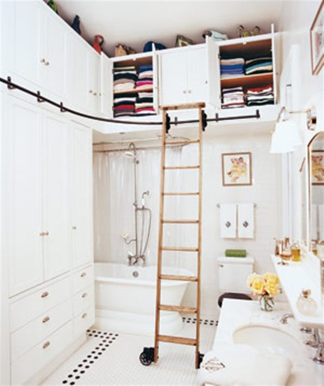 17_bathroom_lazienka_regal_z_drabiny_stara_drabina_we_wnetrzu_shabby_ladder_ideas_upcycled_ladder_bookshelf_reused_ladder_diy_decorating interior design projektowanie wnetrz pomysly