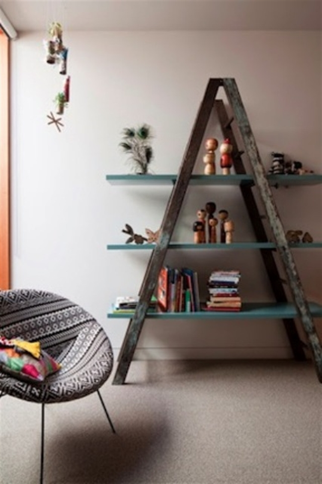 1_living_room_pokoj_regal_z_drabiny_stara_drabina_we_wnetrzu_shabby_ladder_ideas_upcycled_ladder_bookshelf_reused_ladder_diy_decorating interior design projektowanie wnetrz pomysly