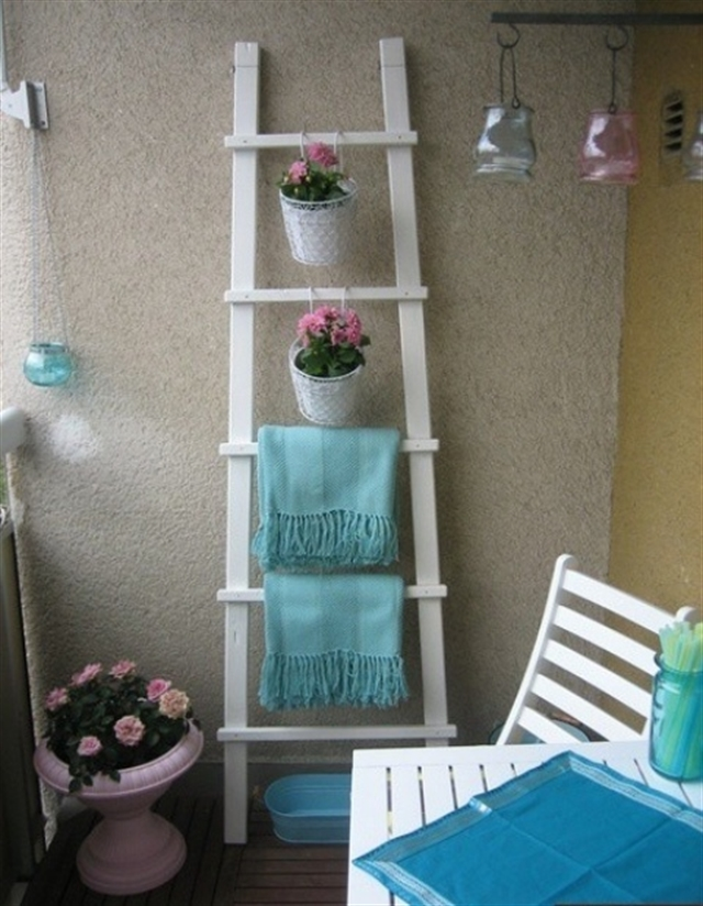 20_balcony_regal_z_drabiny_stara_drabina_we_wnetrzu_shabby_ladder_ideas_upcycled_ladder_bookshelf_reused_ladder_diy_decorating interior design projektowanie wnetrz pomysly