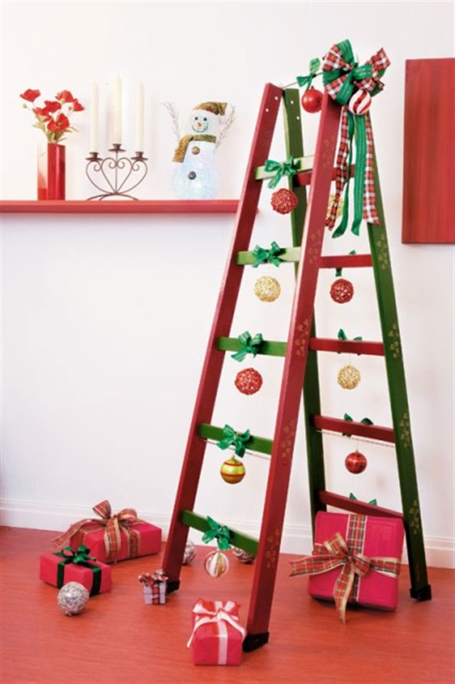 23_christmas_tree_choinka_regal_z_drabiny_stara_drabina_we_wnetrzu_shabby_ladder_ideas_upcycled_ladder_bookshelf_reused_ladder_diy_decorating interior design projektowanie wnetrz pomysly