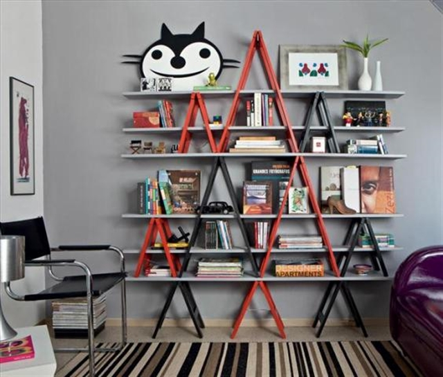 4_living_room_pokoj_regal_z_drabiny_stara_drabina_we_wnetrzu_shabby_ladder_ideas_upcycled_ladder_bookshelf_reused_ladder_diy_decorating interior design projektowanie wnetrz pomysly