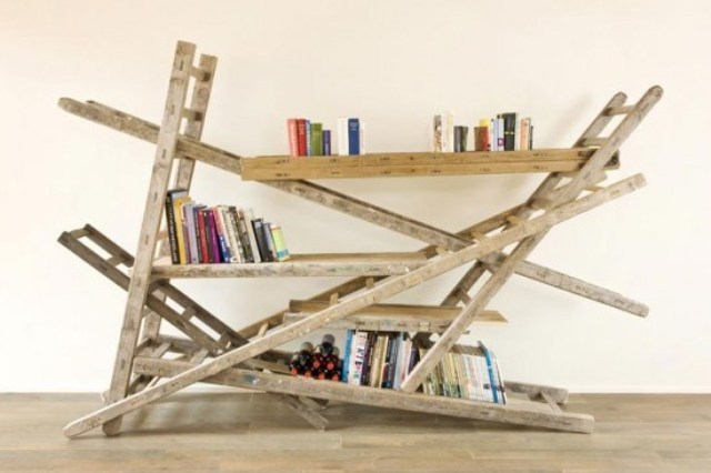 6_living_room_pokoj_regal_z_drabiny_stara_drabina_we_wnetrzu_shabby_ladder_ideas_upcycled_ladder_bookshelf_reused_ladder_diy_decorating interior design projektowanie wnetrz pomysly