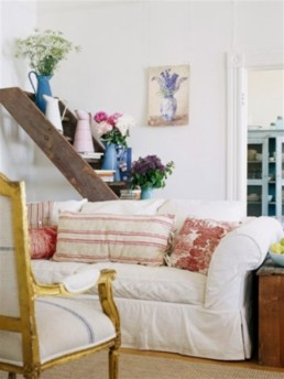 7_living_room_pokoj_regal_z_drabiny_stara_drabina_we_wnetrzu_shabby_ladder_ideas_upcycled_ladder_bookshelf_reused_ladder_diy_decorating interior design projektowanie wnetrz pomysly