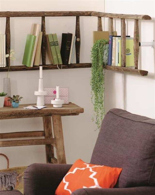 9_living_room_pokoj_regal_z_drabiny_stara_drabina_we_wnetrzu_shabby_ladder_ideas_upcycled_ladder_bookshelf_reused_ladder_diy_decorating interior design projektowanie wnetrz pomysly