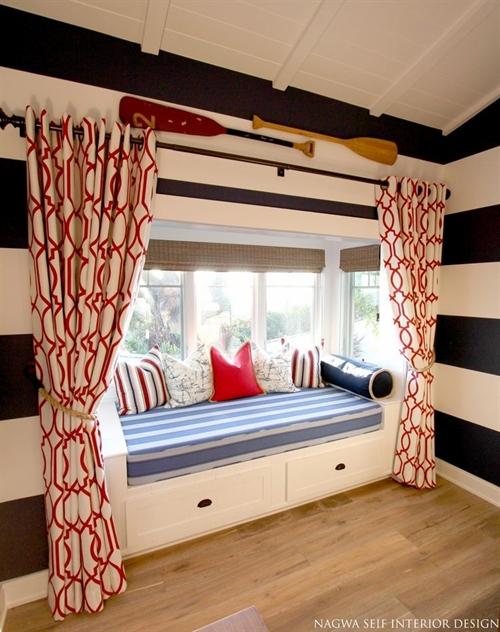 22 nautical interior seaside home style styl morski marynistyczny dom nad morzem blue red white trzy kolory niebieski bialy czerwony aranzacja wnetrz interior design marine livngroom decoration window seat