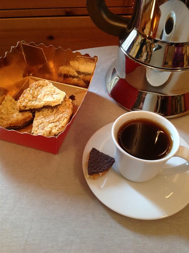 8 black coffee maker pottery alessi cookies blikle czarna kawa sniadanie ciasteczka ekspres do kawy lifestyle interior design