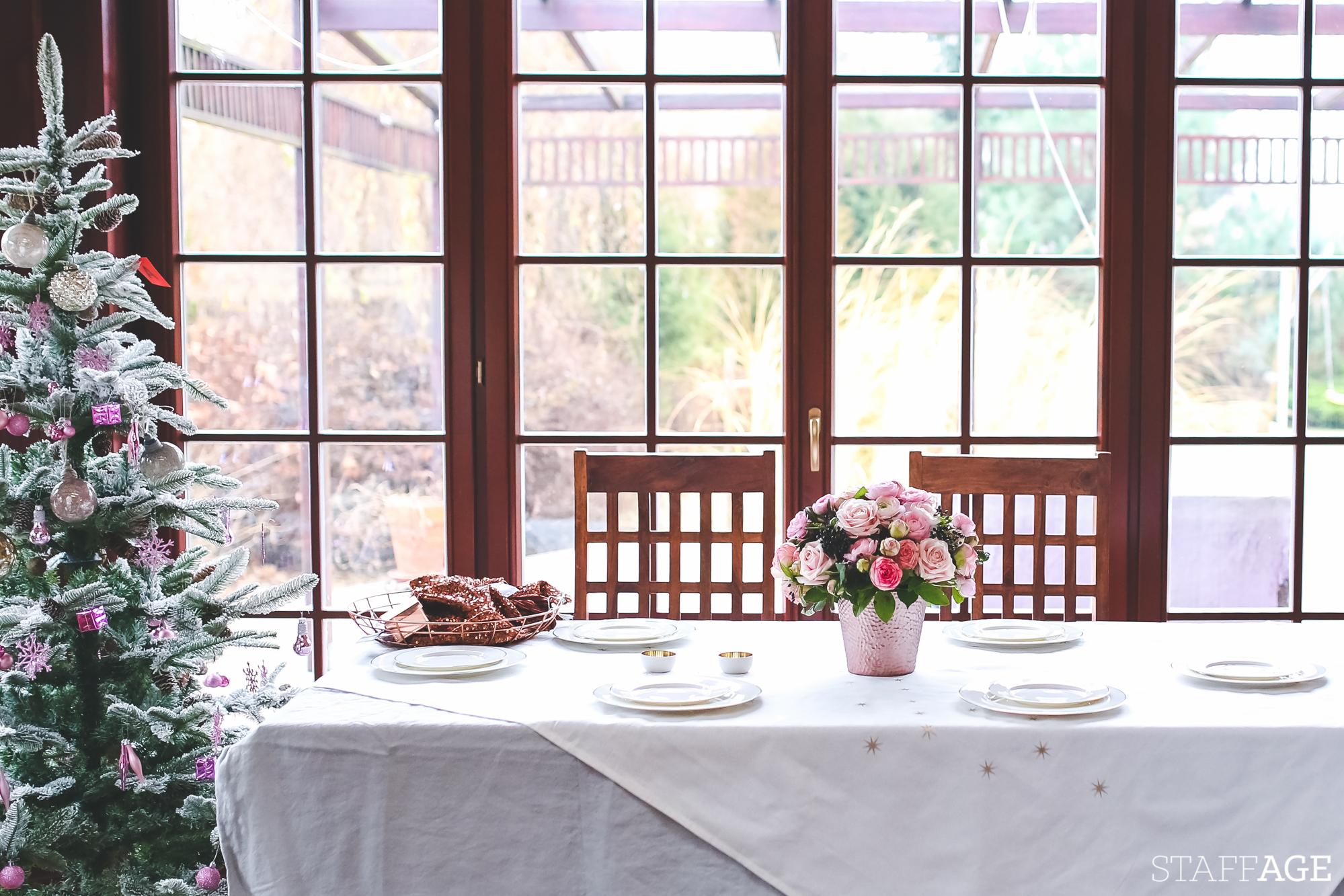 1 Staffagepl wigilijny stol pomysly na jadalnie swiateczne aranzacje chrstmas table settings ideas interior design winter flowers tableware