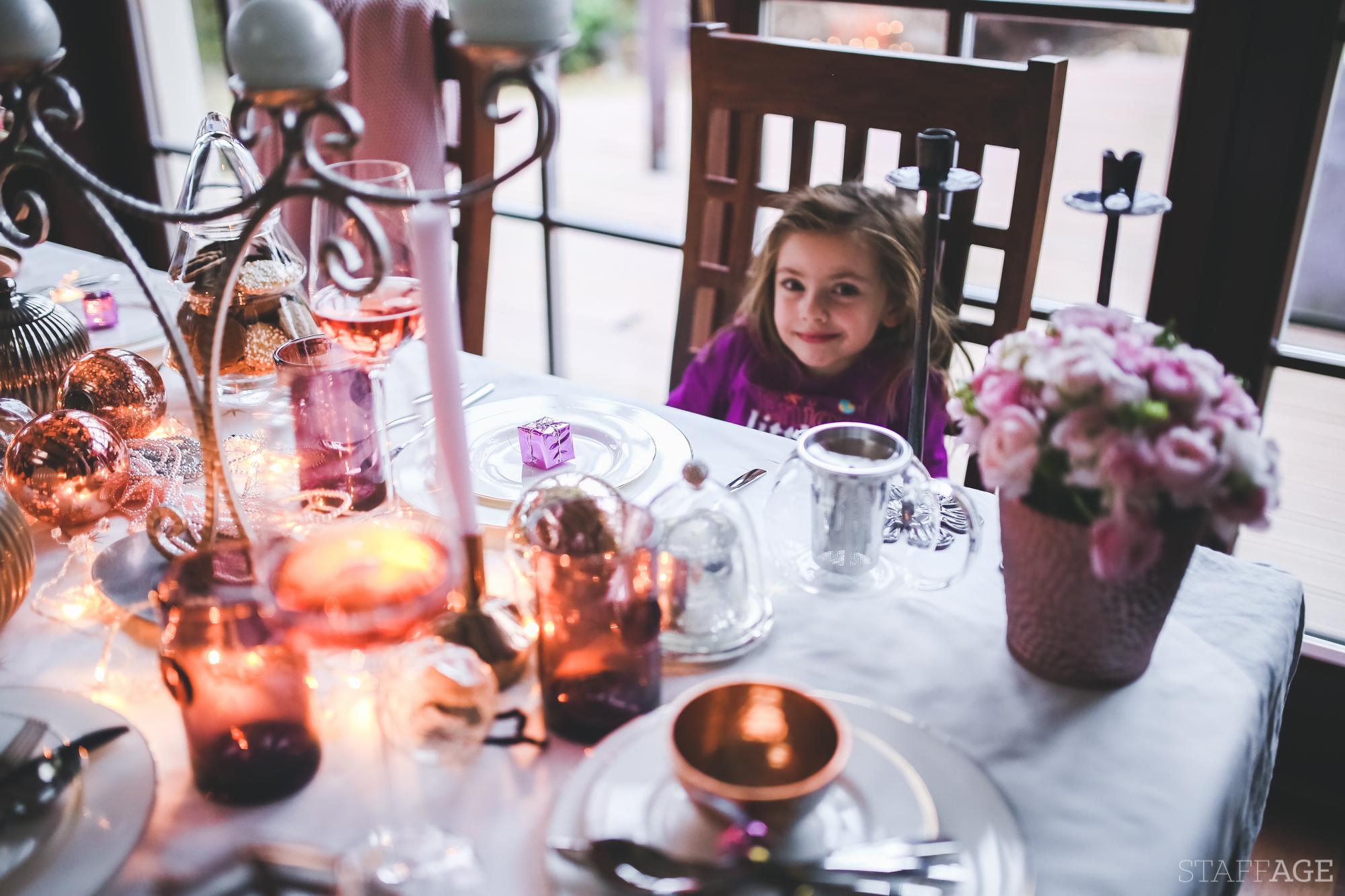 16 Staffagepl wigilijny stol pomysly na jadalnie swiateczne aranzacje chrstmas table settings ideas interior design winter flowers tableware