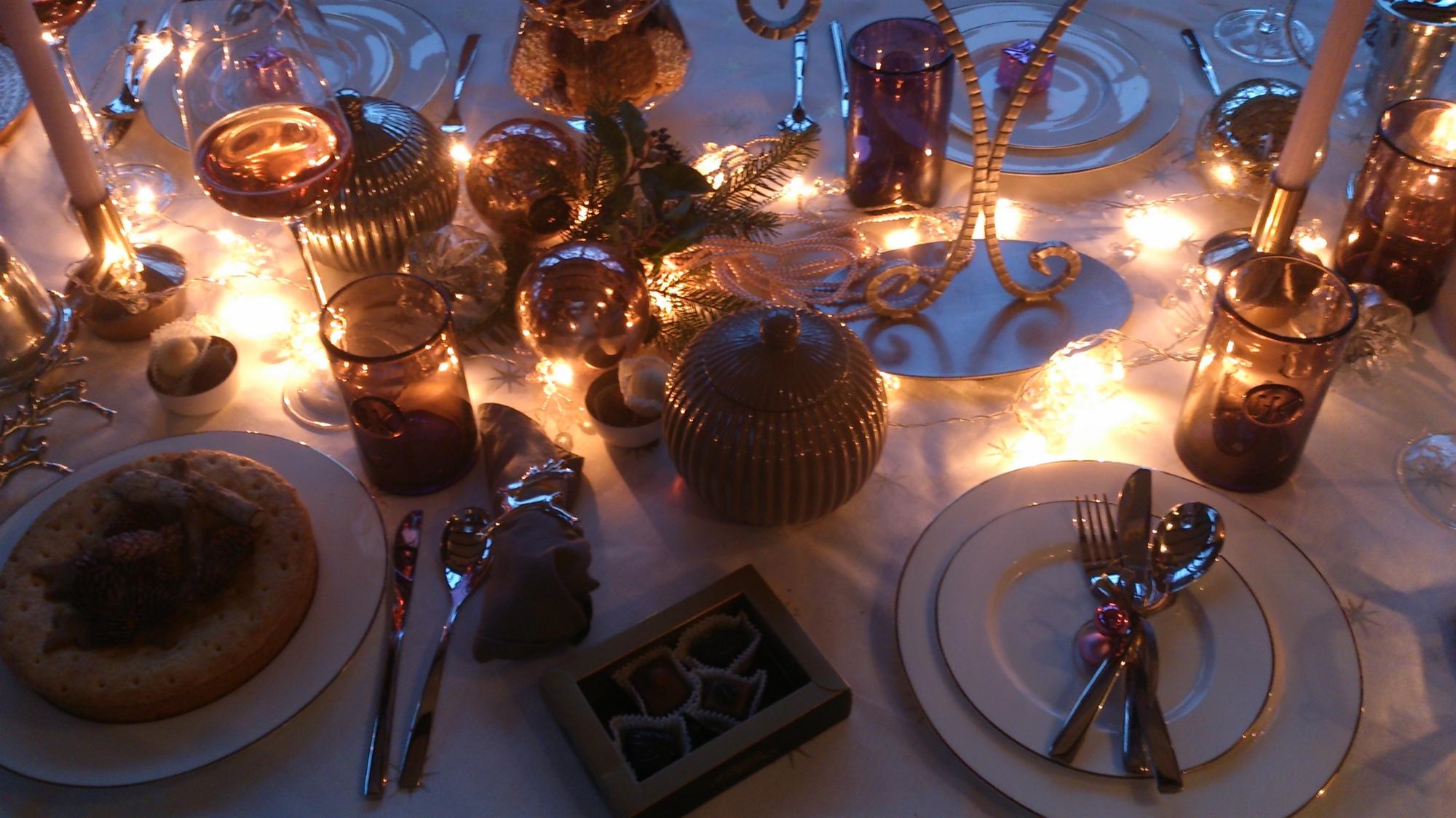 18 Staffagepl wigilijny stol pomysly na jadalnie swiateczne aranzacje chrstmas table settings ideas interior design winter flowers tableware