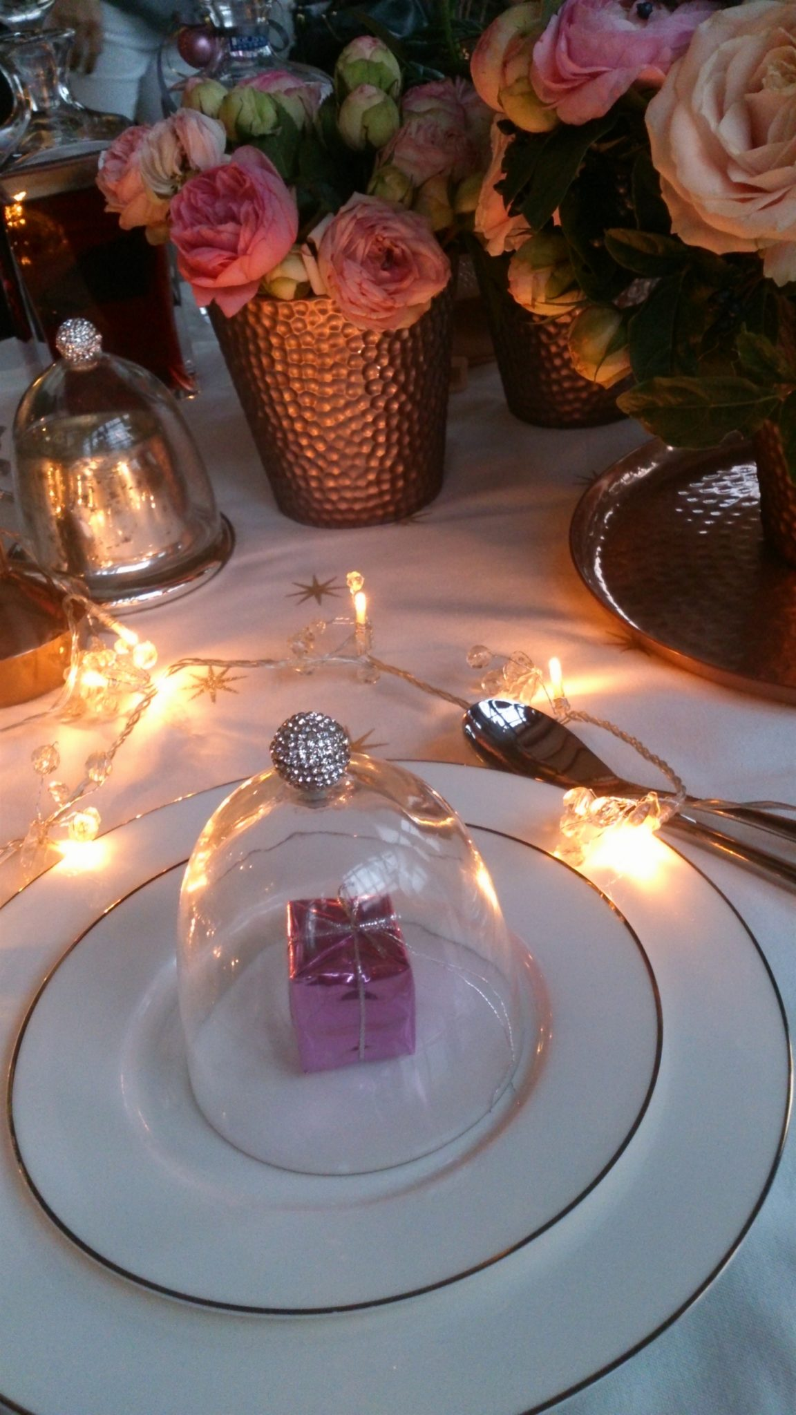 19 Staffagepl wigilijny stol pomysly na jadalnie swiateczne aranzacje chrstmas table settings ideas interior design winter flowers tableware