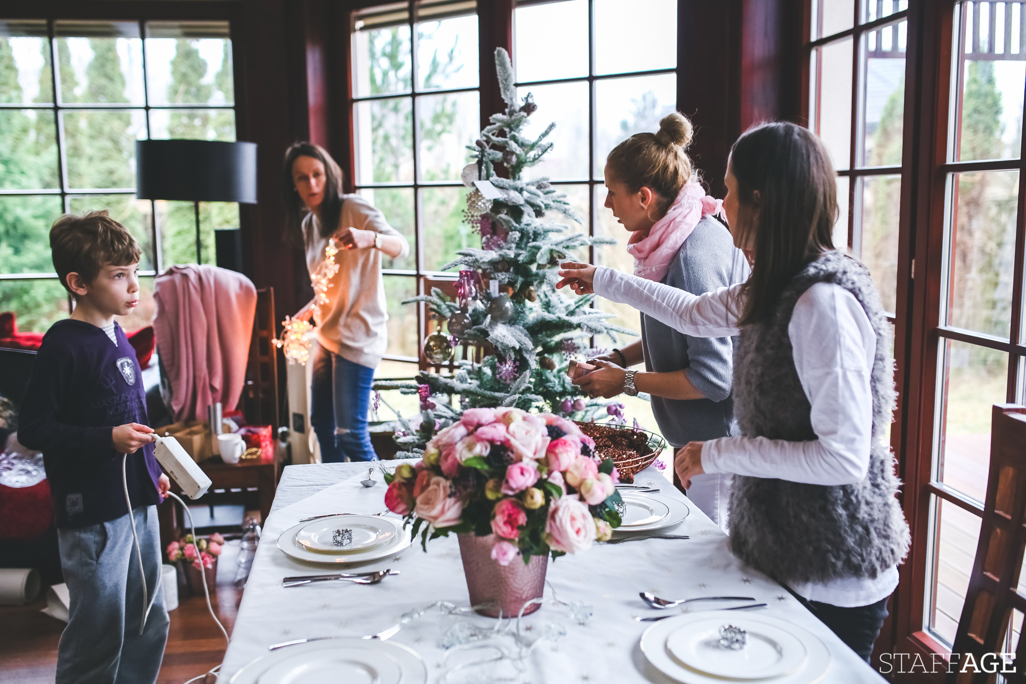 2 Staffagepl wigilijny stol pomysly na jadalnie swiateczne aranzacje chrstmas table settings ideas interior design winter flowers tableware