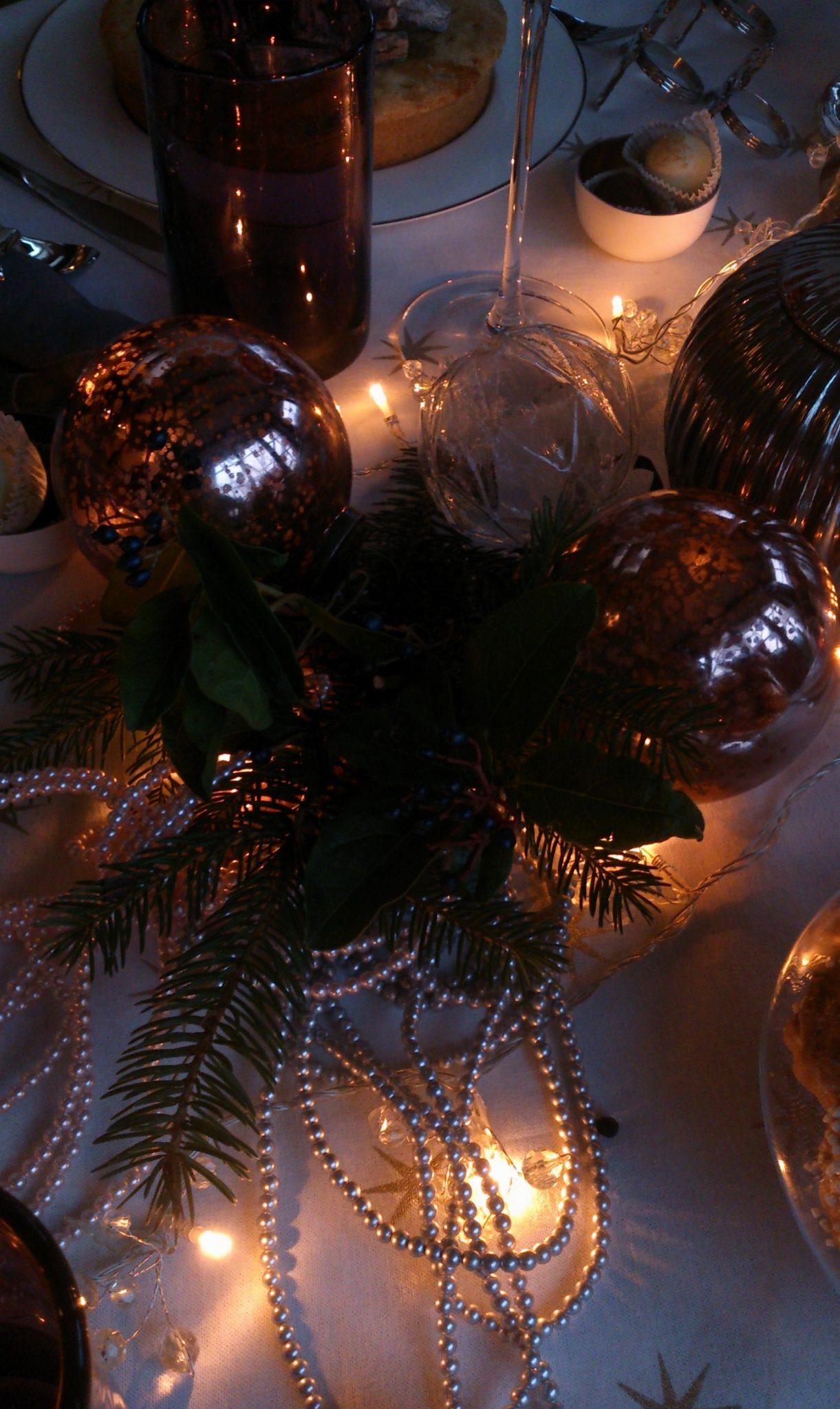 20 Staffagepl wigilijny stol pomysly na jadalnie swiateczne aranzacje chrstmas table settings ideas interior design winter flowers tableware