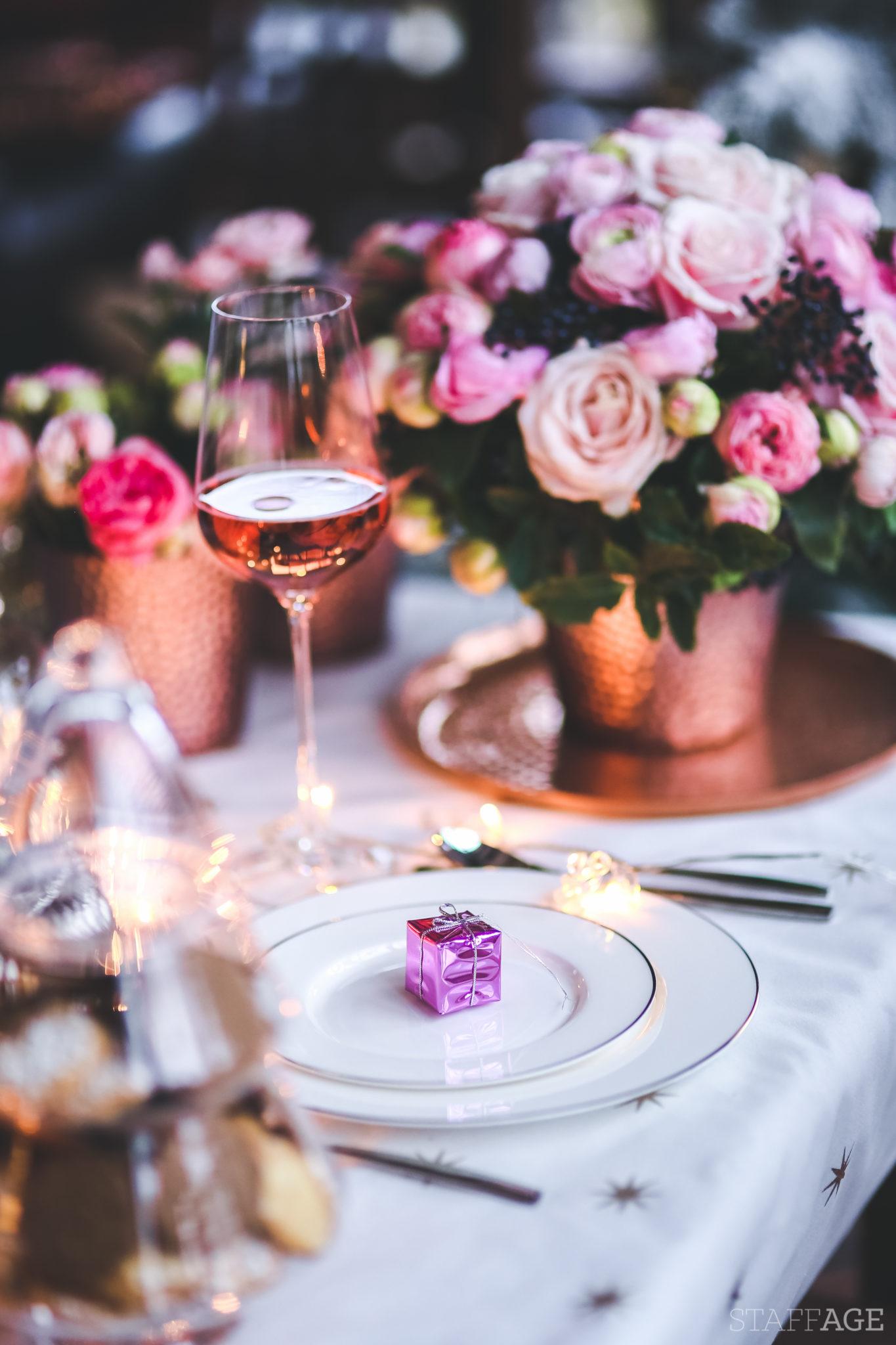 8 Staffagepl wigilijny stol pomysly na jadalnie swiateczne aranzacje chrstmas table settings ideas interior design winter flowers tableware