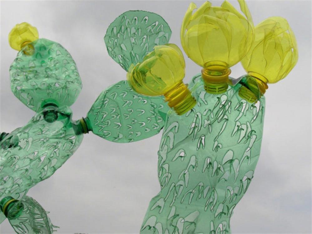 19 Veronika-Richterova-PET-Bottle-Sculptures- cactus inspired furniture design meble insirowane natura interior design home decor ideas pomysly do mieszkania rosliny