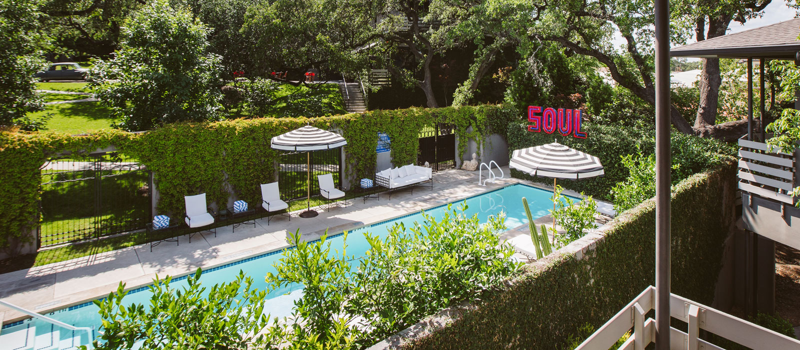 16 poolside bungalow suite Hotel Saint Cecilia Austin Texas interior design vintage apartment ciekawe wnetrza hotelowe styl amerykanski