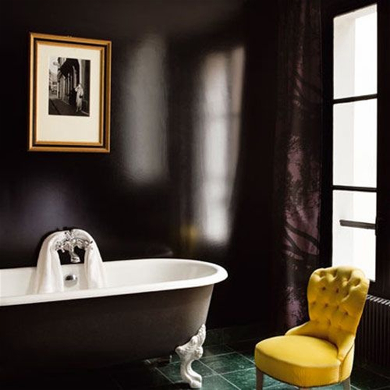 25_bathroom_black_wall_paint_dark_interiors_glamour_style_interior_design_home_decorating_ideas_czarne_sciany_ciemne_wnetrza_projektowane_wnetrz_forelements_blog