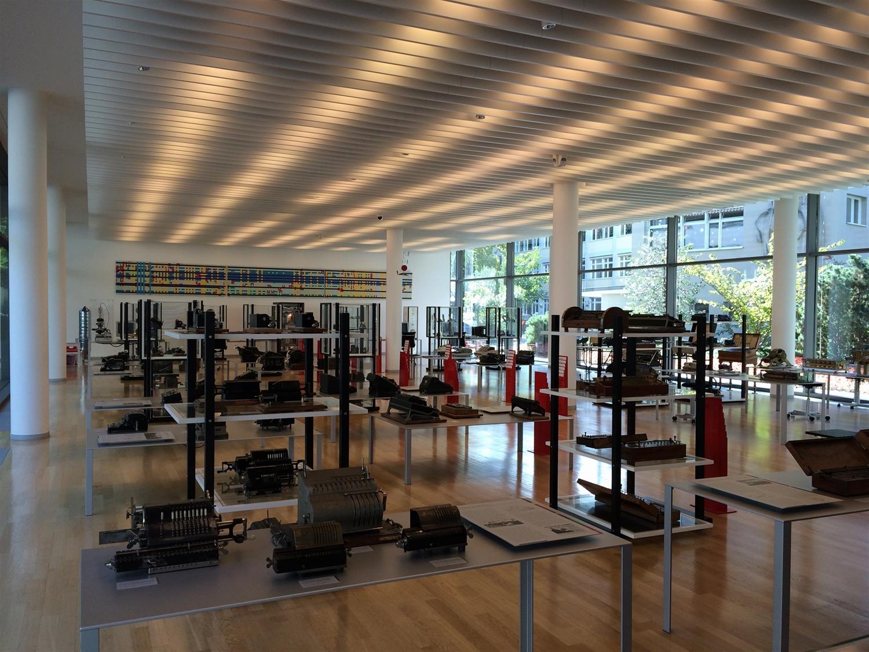 10 arithmeum_bonn_design_art_exhibition_minimalist_interior_style_vintage_furniture_sztuka_we_wnetrzach_ikony_designu_slawni_projektanci_forelements_blog
