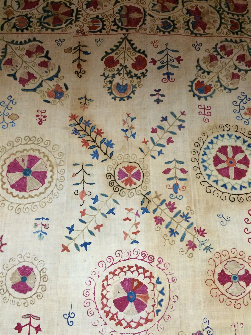 22 suzani_embroidered_textiles_ethnic_style_boho_gypsy_interior_design_home_decor_asia_inspirations_styl_etniczny_kolorowe_wnetrze_forelements_blog