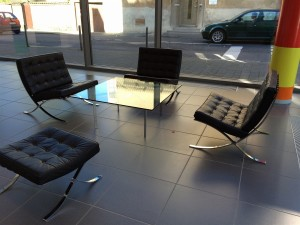 3 Ludwig_Mies_van_der_Rohe_Barcelona_Chair_1929 arithmeum_bonn_design_art_exhibition_minimalist_interior_style_vintage_furniture_ikony_designu_slawni_projektanci_forelements_blog
