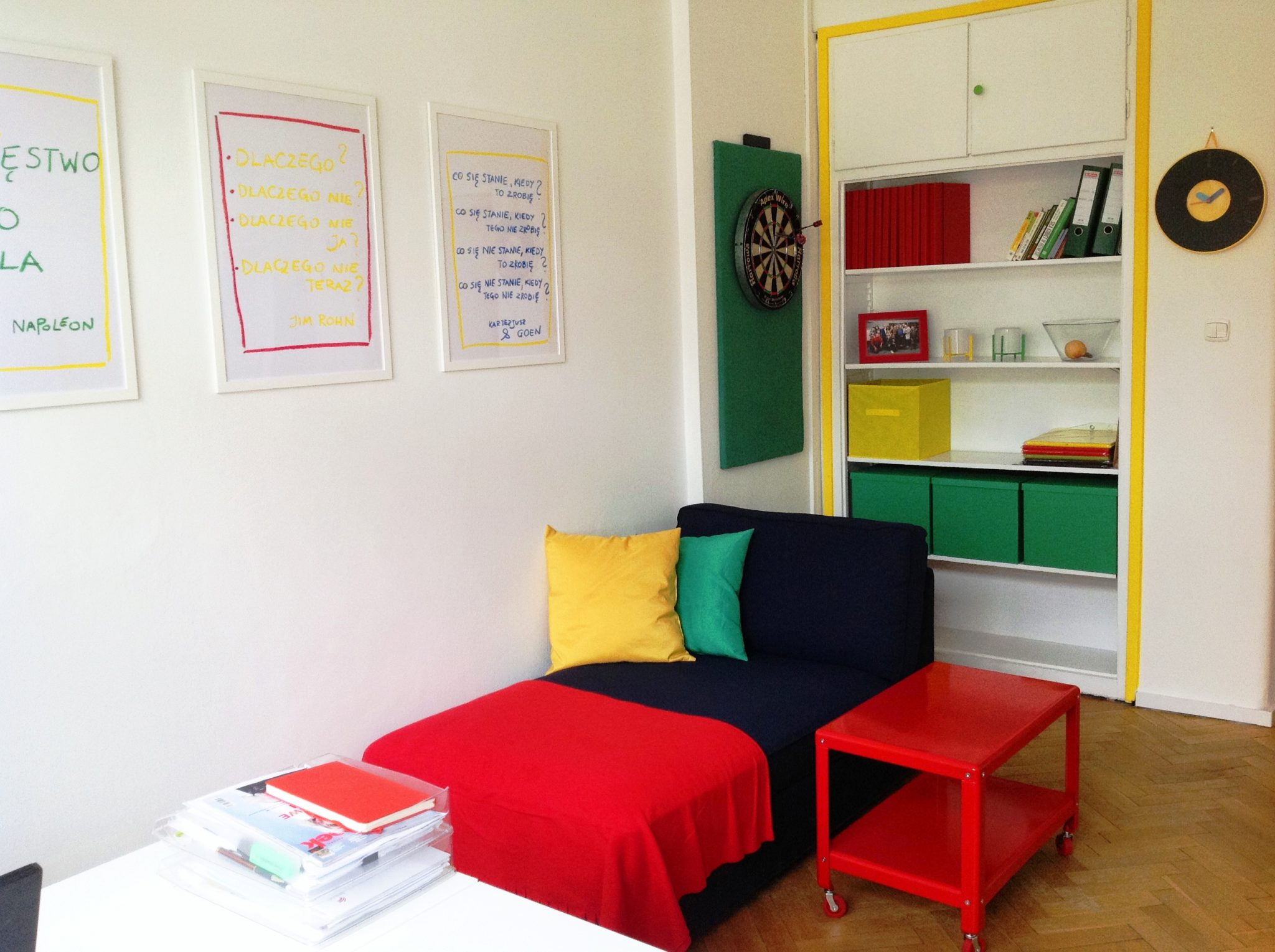 12 projekt wnetrza male kolorowe biuro interior design small colorful office google style forelementspl