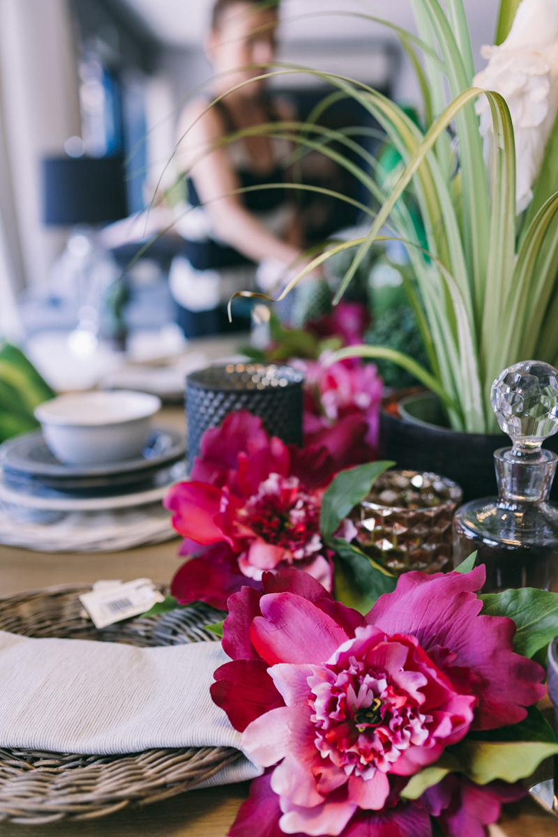 18 Summer Home Decorating Ideas Interior Design Home Decor Floral Pattern Forelements Blog: 2 Summer_decor_ideas_table_setting_exotic_style_floral_pattern_Interior_design_stol_pomysly_na
